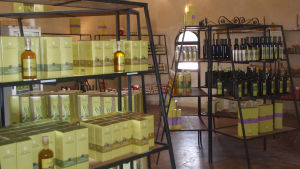Ranskalaisen Le Domaine de l'Oulivie -luomuoliivitarhan myymälän hyllyjä ja tuotteita.
