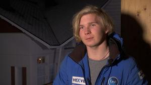 Intervjubild på alpinskidåkaren Markus Huurinainen i ett kvällsmörkt Levi.