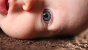 Pienen vauvan kasvot.