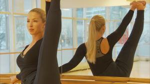 Dansaren Jessica Öller gör ett benlyft