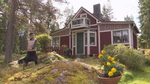 Håkan Streng vandrar över gårdsplanen