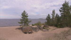 håkan sitter på stranden