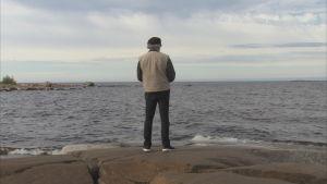 håkan står och tittar ut över havet