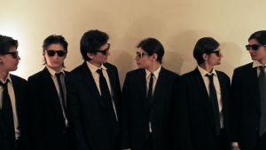 Angulon veljekset poseeraavat kuin Reservoir Dogs -elokuvassa. Kuva dokumenttielokuvasta The Wolfpack.