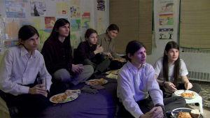 Angulon veljekset katselevat kotona elokuvaa. Kuva dokumenttielokuvasta The Wolfpack.