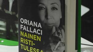 Oriana Fallacin elämäkerran suomennoksen kansi.