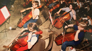 Petrus Kähkönen orkesterin sellosektiossa. Kuva Kähkösten kotialbumista.