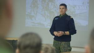 Militär person i undervisar i klass