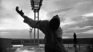 Kuva Chris Markerin elokuvasta Kiitorata (La Jetée).