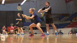 Badmintonspelarna Sara Thygesen och Niclas Nøhr är redo att serva.