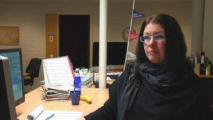 kvinna vid dator på kontor