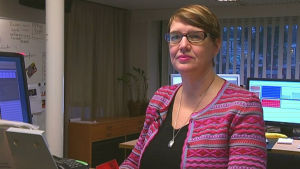 kvinna framför datorer på kontor