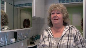 Christa Haroth i sitt badrum.