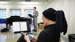 Helsingin kaupunginteatterin Kirka-musikaalin kuoroharjoitus, etualalla Petrus Kähkönen, kapellimestarina Risto Kupiainen.
