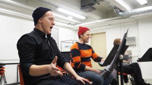 Helsingin kaupunginteatterin Kirka-musikaalin kuoroharjoitus lokakuussa 2016, etualalla Petrus Kähkönen.