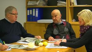 Kim Wahlroos samt hans medarbetare sitter runt bordet och planerar nästa tidning