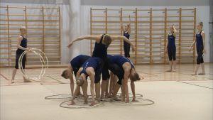 Landslagstruppen i rytmisk gymnastik i startposition med tunnband