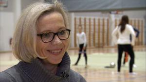 Landslagstränaren Laura Ahonen intervjuas i i träningssalen.