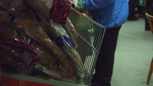 rågbröd på butikshylla och människa i bakgrunden