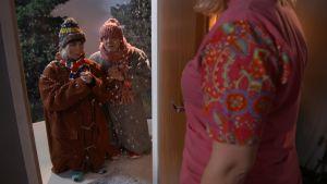 Joululaulajat ovella.