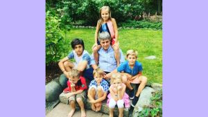 Pekka Heiskanen lastenlastensa kanssa
