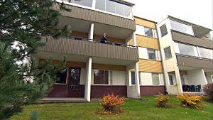 roland grankulla står på balkongen