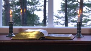 bibel och två ljus