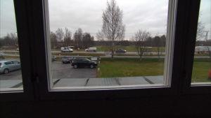 bilarna kör bara förbi fönstret