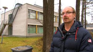 Roland Grankulla står utanför Båtsmans skola där han blev mobbad under många år