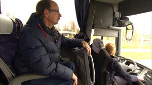 Roland Grankulla sitter på bussen
