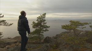roland tittar ut mot horisonten