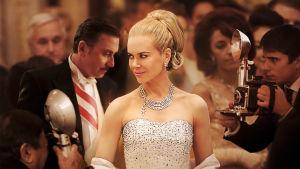 Grace Kelly - elokuvatähti, muoti-ikoni, Monacon ruhtinatar - joutui päättämään, onko hänen paikkansa Hitchcockin vaalean viileänä kaunottarena vai miehensä rinnalla.