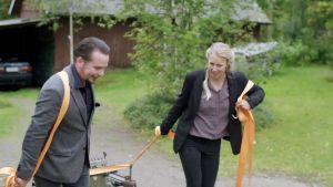 Pekka ja Teija Isorättyä siirtävät vanhan maatalouskoneen kuljetusautoon.