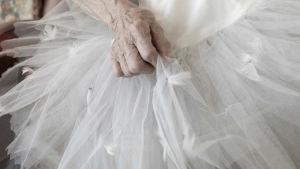 Balettipuku ja käsi. Kuva dokumentista Omin jaloin, omin sanoin