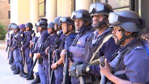 Poliisit rivissä aseistettuina