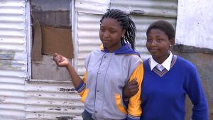Kaksi koulutyttöä