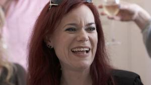 Bild på Ella Grüssner Cromwell-Morgan som skrattar.