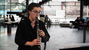 Klarinetisti Iines Kiuru Musiikkitalon kahvilassa Kantapöydän opiskelijatreffeillä 1.2.2017.