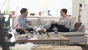 Adam Guarnieri och Maria Sundblom Lindberg i soffan.