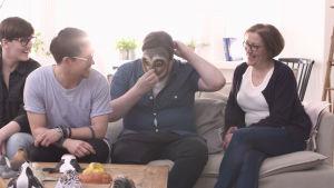 Familjen Guarnieri provar masker.