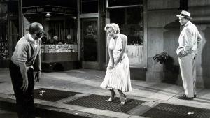 Billy Wilder ohjaa Marilyn Monroeta Kesälesken kuuluisimmassa kohtauksessa. Tom Ewell seuraa taustalla. Kuva tv-dokumentista Billy Wilder – kukaan ei ole täydellinen.