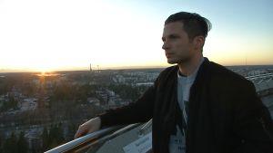 Marcus Sandell tittar ut över Esbo från restaurans Haikaranpesäs  utsiktsterrass.