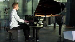 Pianisti Juho Lepistö soittaa Kantapöydän suorassa lähetyksessä Musiikkitalon kahvilassa 8.2.2017.