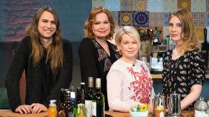 Kuvassa: Paperi T, juontaja Niina Repo, Elina Hirvonen ja Anu Kaaja.
