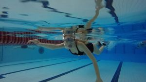 Inez Kjellman fridyker i simhallen i Jakobstad