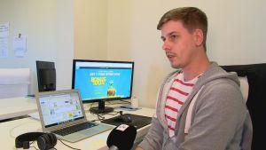 Robin Lindskog jobbar på ett spelbolag.