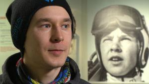 Backhopparen Jarkko Määttä i närbild, i bakgrunden ett foto på backhopparen Matti Nykänen.