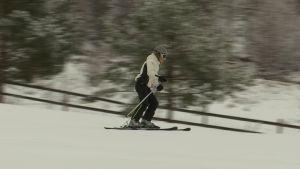En person åker slalom i en backe.