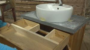En badrumsmöbel med låda.