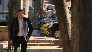 Dimitris Chatzinikolas går på gatan i Grekland.